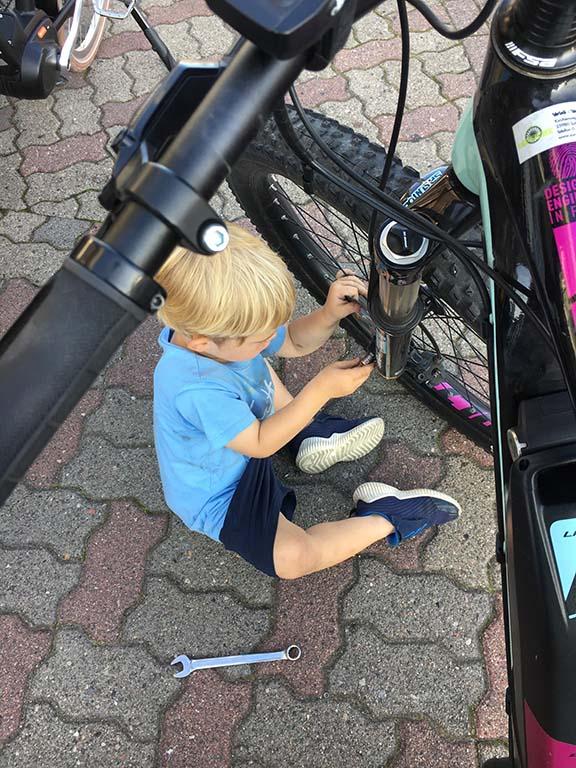 <p>Mittlerweile geben wir unsere Leidenschaft an die nächste Generation weiter, die glücklicherweise in diesem Steckenpferd voll und ganz aufgeht. Sparen Sie sich doch den umständlichen Transport des eigenen Drahtesels nach Sylt – unsere gepflegten Premiumräder freuen sich schon auf Sie. Freuen Sie sich also auf das einzigartige Erlebnis, Sylt hoch auf dem Stahlross sorglos zu entdecken.</p>