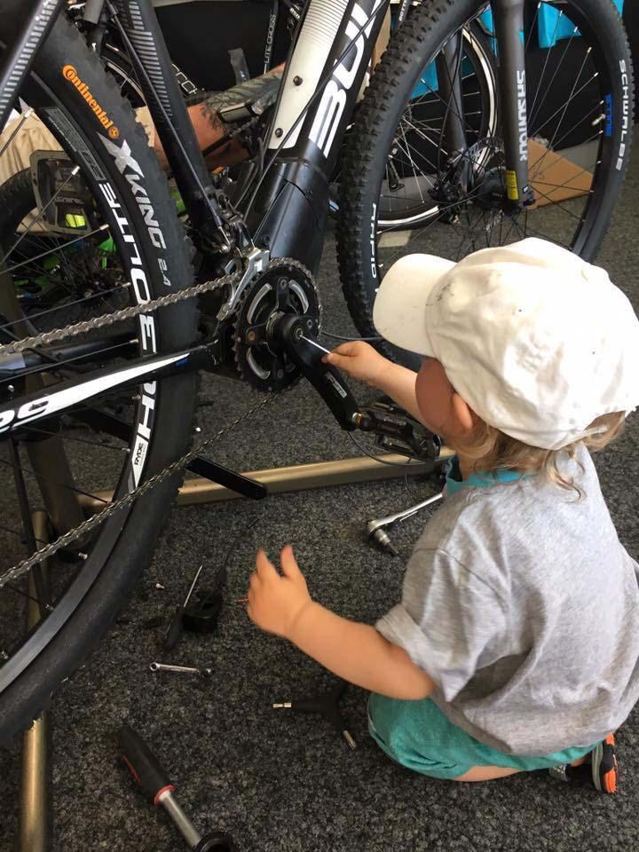 <p>Fahrräder sind ein Teil unseres Lebens. Wir lieben den Radsport und wir lieben es, sie zu reparieren, aufzupeppen und einfach zu pflegen. Mit enormer Hingabe kreieren und bauen wir neue Modelle mit ausgefeilten technischen Lösungen. Das ganze Leben sind wir auf der Suche nach dem perfekten Fahrrad, haben es aber bisher noch nicht gefunden bzw. gebaut. Vielleicht wird uns unsere zweite Leidenschaft namens Sylt etwas unter die Arme bzw. Pedalen greifen.</p>